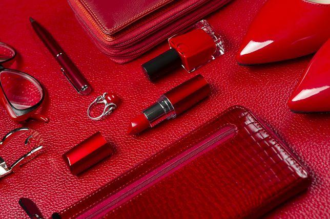 Intensywnie czerwone dodatki i akcesoria ożywią smutną, zimową garderobę