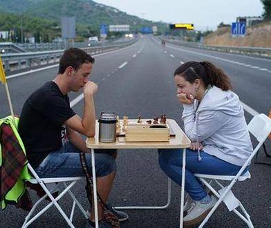 Katalonia stoi - zdjęcie pary na autostradzie poruszyło internautów