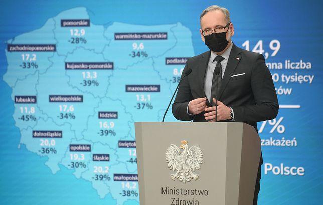 Koronawirus. Minister zdrowia Adam Niedzielski przestrzega przed wzrostem zakażeń. Zmianę trendu epidemii zapowiada wskaźnik reprodukcji wirusa