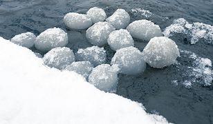 Lodowe kule w Jastarni. Niezwykłe zjawisko zachwyciło spacerowiczów nad Zatoką Pucką