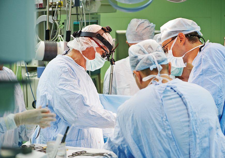 Lekarze w czasie operacji