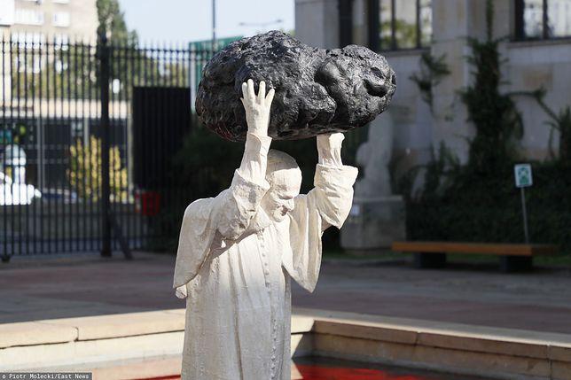 Zdaniem autora rzeźby papież Jan Paweł II unicestwia ideologię komunistyczną w Polsce