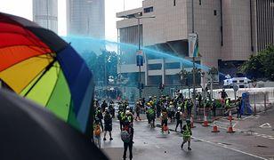 """Hongkong. Policja bombarduje uczestników """"niebieską wodą"""""""