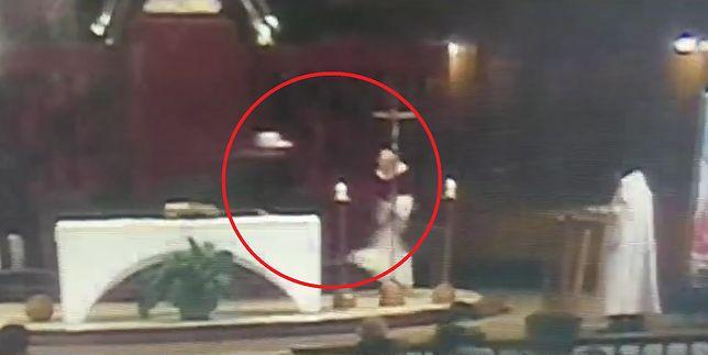 Nożownik rzucił się na księdza odprawiającego mszę