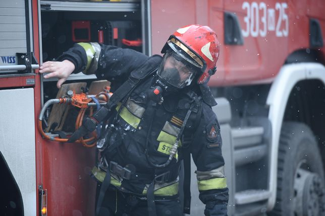 Strażacy dogaszali pożar, który wybuchł w mieszkaniu