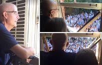 400 uczniów śpiewa przed domem nauczyciela walczącego z rakiem