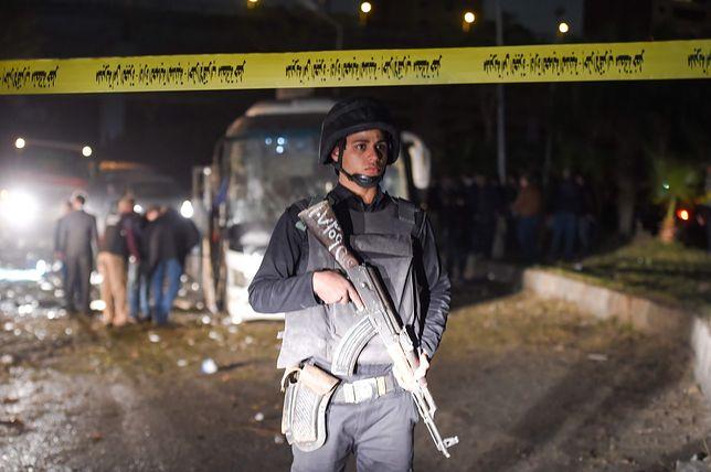 Miejsce zamachu na autokar turystyczny niedaleko Kairu