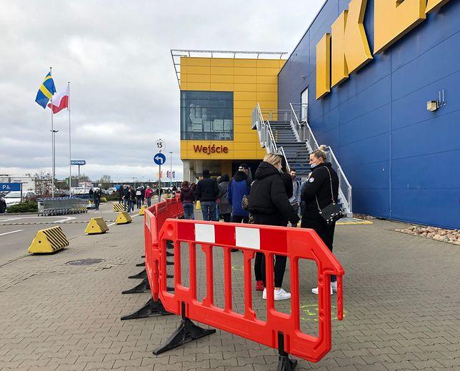 W południe przed wejściem do Ikei w podwarszawskich Markach stała około 50-osobowa kolejka