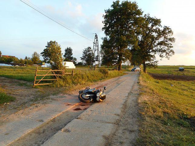 Wypadek w Bartoszycach. Motocyklista wjechał w gumową linę