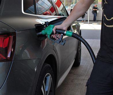 Nie ma sensu tankować na zapas. Do końca roku ceny paliw raczej nie wzrosną, a chroni nas mocny złoty
