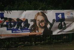 """Ktoś niszczy plakaty wyborcze w Bydgoszczy. Namalował napis """"zdrajcy"""" i symbol Polski Walczącej"""