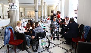 Protestujący rodzice z dziećmi w Sejmie