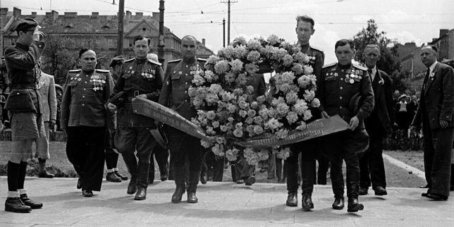 Uczestnicy delegacji radzieckiej na Kongres Towarzystwa Przyjaźni Polsko-Radzieckiej składają wieniec przy pomniku Braterstwa Broni na warszawskiej Pradze. 2 czerwca 1946 r.