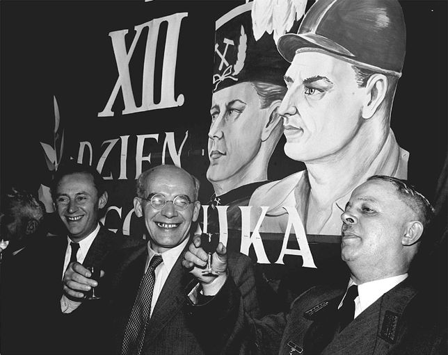 Władysław Gomułka (w środku) wznosi toast z okazji Barbórki, rok 1956. Po prawej dyrektor kopalni Zabrze-Wschód Stanisław Dudek i I sekretarz KW PZPR w Katowicach, Aszewski.