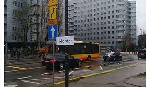 """""""Mordor"""" na Domaniewskiej. Przy ulicy zawisła tablica"""