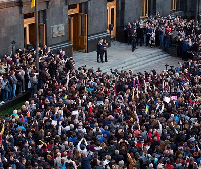Ukraina. Tłumy przed pałacem Poroszenki