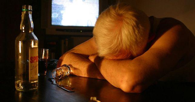 Zamknięcie w domach sprzyja alkoholizmowi.