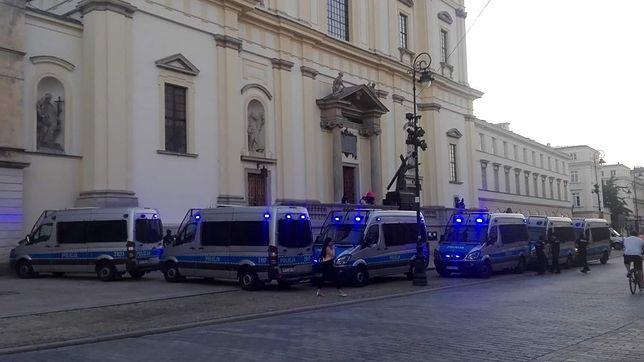 Pomnik Chrystusa na Krakowskim Przedmieściu ogrodzony kordonem radiowozów