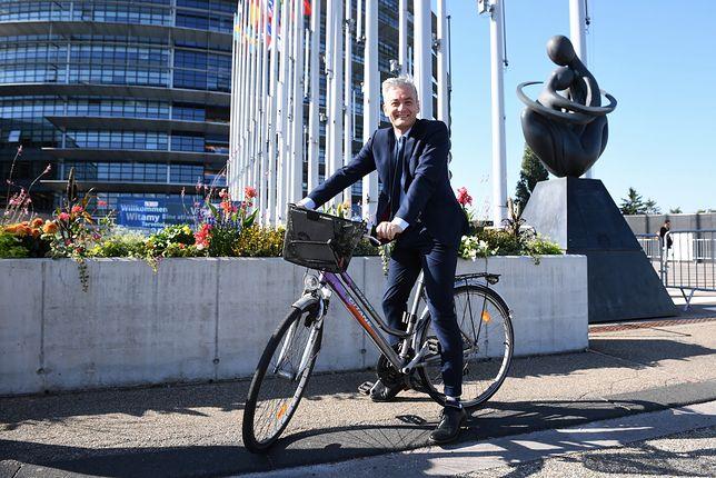 Eurodeputowany Robert Biedroń w drodze na pierwszą sesję Europarlamentu