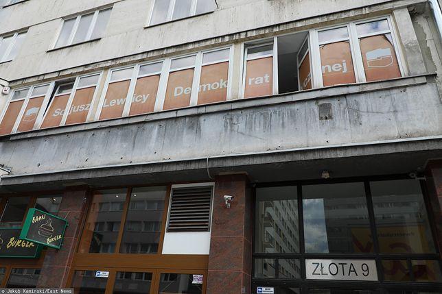 """Warszawa. """"Ślady strzału"""" na szybie biura SLD. Policja wskazuje na broń pneumatyczną"""