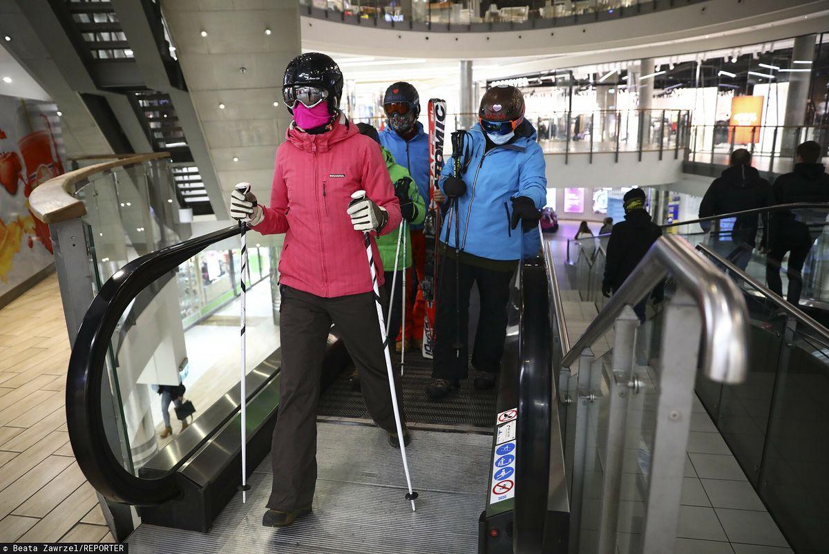 Narciarze opanowali galerie handlowe. Przyszli pojeździć... schodami ruchomymi
