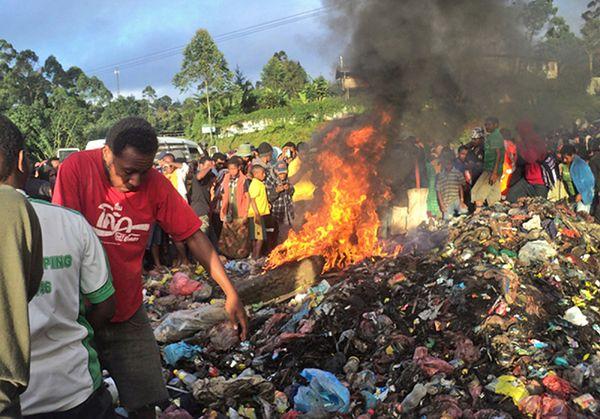 """20-latka spalona żywcem przez tłum za """"czary"""" w Papui-Nowej Gwinei"""
