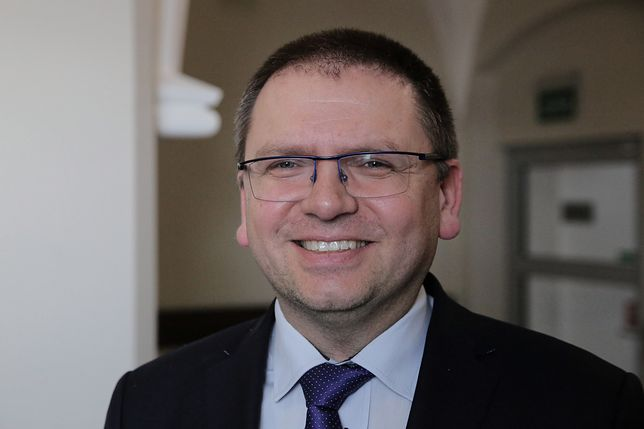 """Maciej Nawacki tłumaczy dlaczego podarł wniosek sędziów. """"Tak wyraża się dezaprobatę"""""""