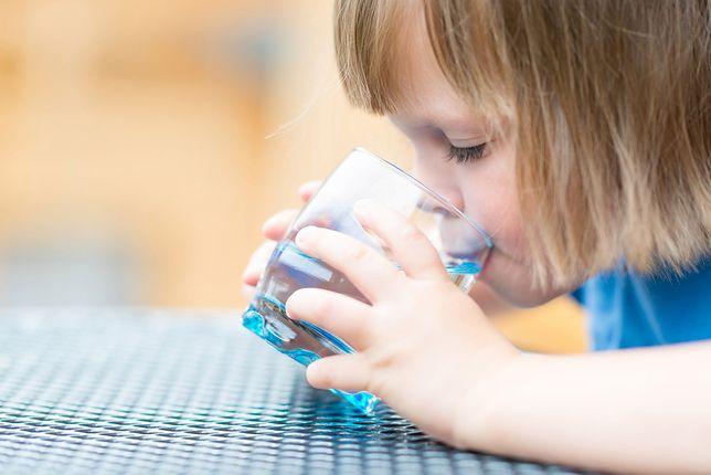 Dziewczynka dostała uwagę za picie wody