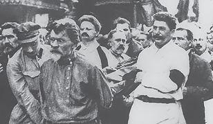"""Stalin i Trocki niosący trumnę ze zwłokami Feliksa Dzierżyńskiego. Zdjęcie z książki """"Jak stwarzaliśmy Rosję"""""""
