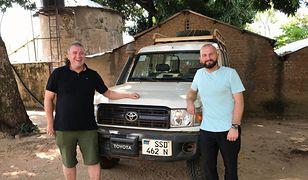 Misjonarze z Polski, o. Andrzej Dzida i Wojciech Pawłowski, przy swoim samochodzie w Sudanie Płd.
