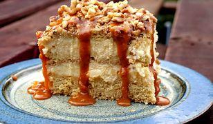 Ciasto miodowe z budyniem, karmelem i orzechami