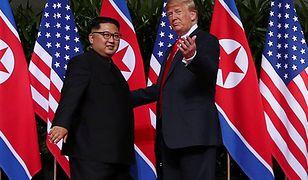 Donald Trump i Kim Dzong Un. Historyczny moment szczytu w Singapurze.