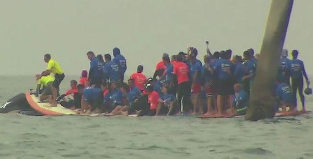 66 surferów na jednej desce. Rekord Guinnessa pobity!