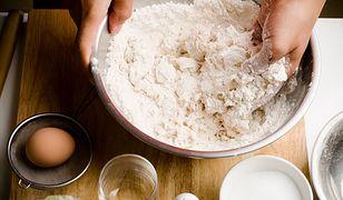 FDA zaleca, żeby po każdym kontakcie z mąką myć ręce.