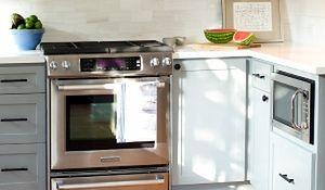 Jak sprytnie ukryć kuchenkę mikrofalową? Aranżacje kuchni