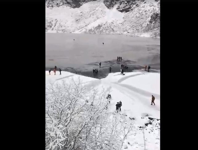 Ponad tydzień temu Tatrzański Park Narodowy opublikował nagranie, na którym widać turystów chodzących po Morskim Oku