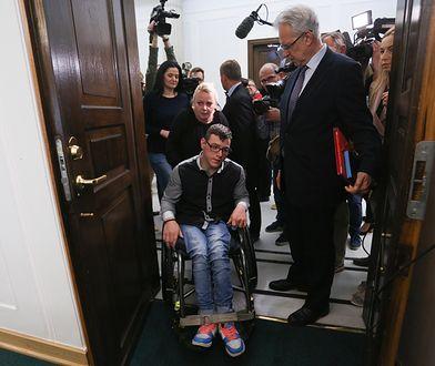 Pełnomocnik rządu ds. niepełnosprawnych Krzysztof Michałkiewicz z Kubą Hartwichem