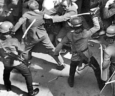 ZOMO rozpędza demonstrację przed kościołem św. Jana Chrzciciela w Warszawie. 1 maja 1983 roku / fot. Andrzej Rybczyński