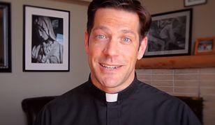 Ks. Schmitz na kanale Ascension Presents na YouTube publikuje filmiki, które mają milionowe odsłony