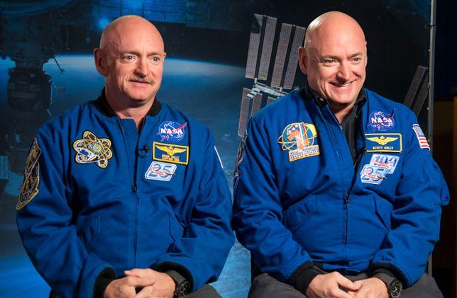 Mark Kelly (po lewej) i Scott Kelly(po prawej)