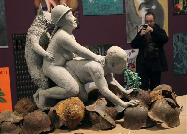 """Rzeźba Ines Doujak zatytułowana """"Haute Couture 4. Transport"""""""