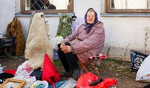 Handlują na ulicach, bo emerytura nie wystarcza im na życie