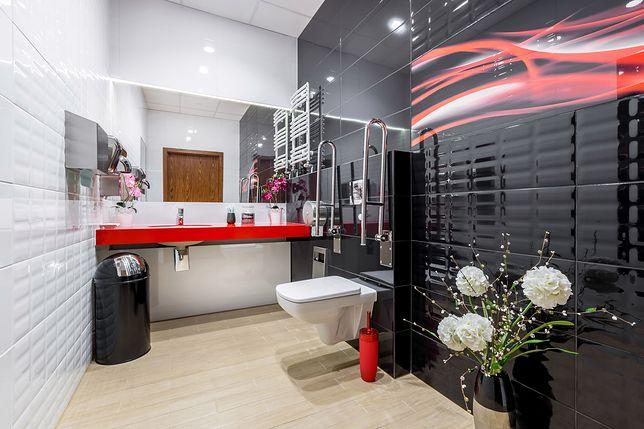 Bezpieczna łazienka dla seniora. Uchwyty, siedziska pod prysznic, akcesoria