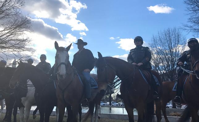 Na koniu w kowbojskim kapeluszu, czyli pierwszy dzień pracy ministra USA