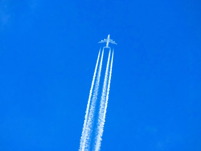 """""""Stay home"""". Pilot zostawił napis na niebie"""