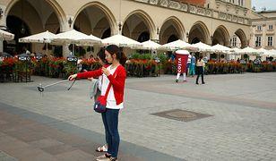 Azjatyckie turystyki robią selfie w Krakowie