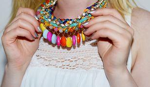 Biała bluzka i duży, kolorowy naszyjnik to kwintesencja letniej mody