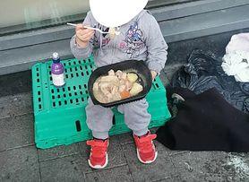 """Zdjęcie 4-letniej bezdomnej dziewczynki poruszyło internautów. """"Rząd jest temu winny"""""""