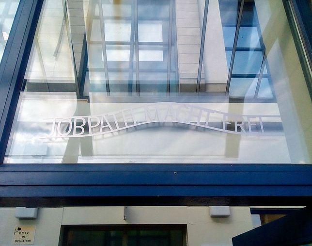Nieznani sprawcy powiesili skandaliczny napis nad drzwiami urzędu w Cork w Irlandii