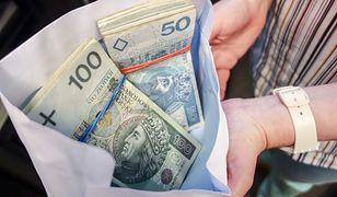W mieszkaniu oszusta znaleziono m.in. podrobioną odznakę policji oraz 10 tys. zł w gotówce